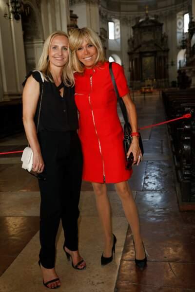 23 août 2017: Brigitte Macron en robe rock, rouge, courte et zippée, un modèle qu'elle possède aussi en blanc