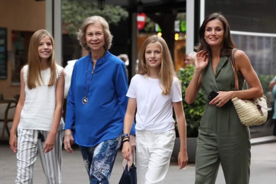 Letizia d'Espagne, accompagnée de ses filles, a choisi un look estival stylé