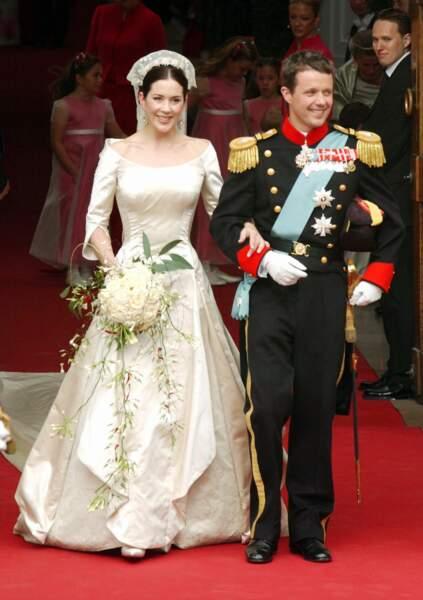 Frederik du Danemark et Mary Donaldson (en robe Uffe Frank) lors de leur mariage à Copenhague le 14 mai 2004