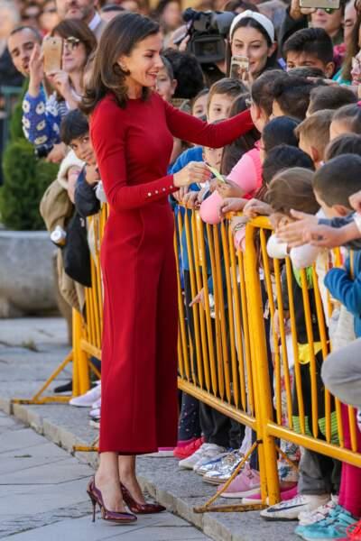 Letizia d'Espagne arborait un pull moulant en laine associé à un pantalon large