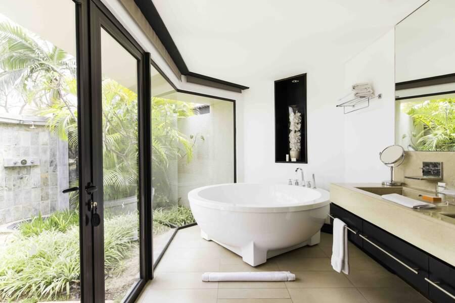 Des salles de bains avec vue et douche extérieure au LUX* Belle Mare à l'île Maurice.