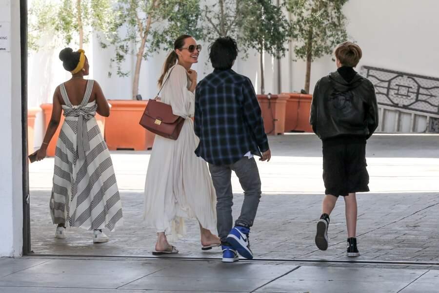 Angelina Jolie et ses enfants sont allés déjeuner dans le quartier de West Hollywood à Los Angeles