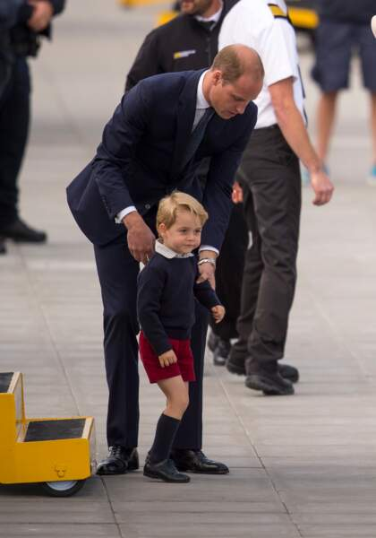 Le Prince William veillant à la sécurité de son fils le Prince George