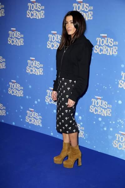 Jenifer rayonne ce look : sweat zippé noir, jupe à motifs et bottines imposantes