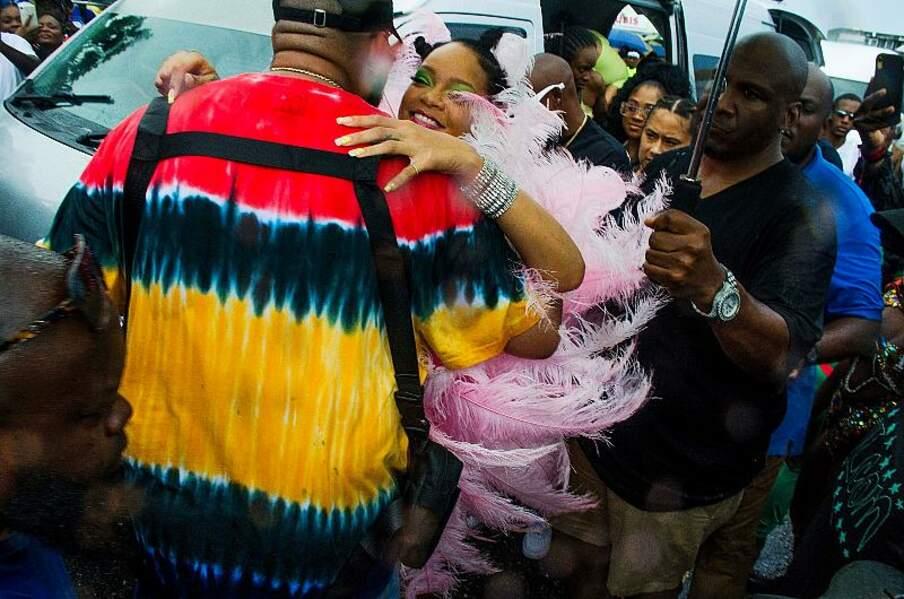 Rihanna étreint joyeusement un homme au t-shirt coloré