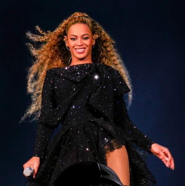 Cheveux ultra longs et dans le vent pour Beyonce, magnifique avec cette queue haute.