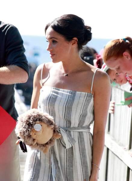 Meghan Markle enceinte le 22 octobre avec son fameux chignon flou pour aller sur la plage