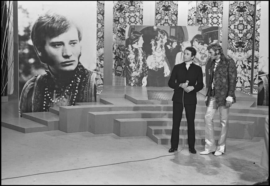 """Johnny Hallyday et Michel Drucker sur le plateau de l'émission """"Tilt Magazine"""" en 1967"""