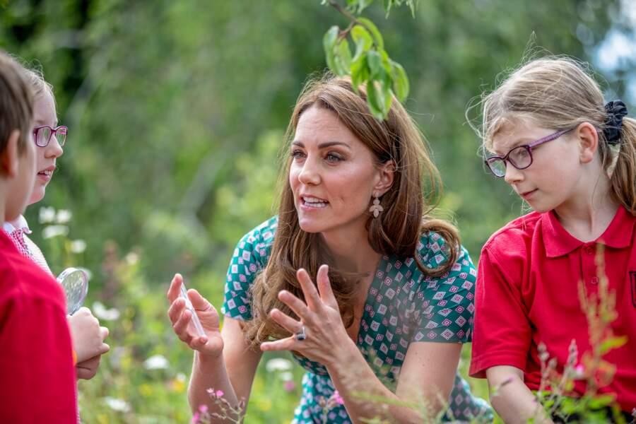 Kate Middletonfait découvrir les jardins aux enfants en robe estivale