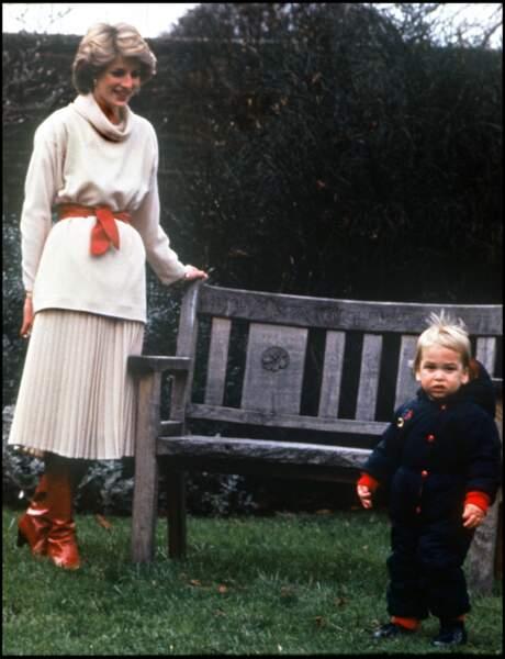 Lady Diana et le prince William dans les jardins de Kensington Palace à Londres, en 1983