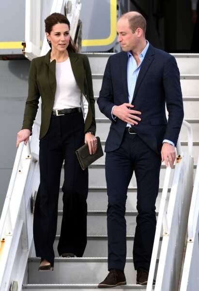 Habituée aux robes et aux jupes courtes, elle portait un pantalon ample à pinces de couleur bleu maro,e