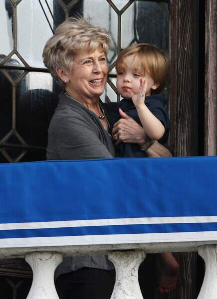 """Knox, avec sa grand-mère paternelle, Jane Pitt, en avril 2010, à Venise. Angelina y tournait """"The Tourist""""."""