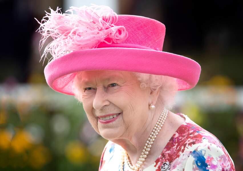 La reine Elizabeth II illume la garden party d'Edimbourg de son sourire