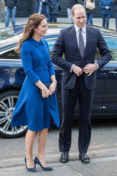 Kate Middleton a revêtu pour l'occasion une robe bleue ceinturée.