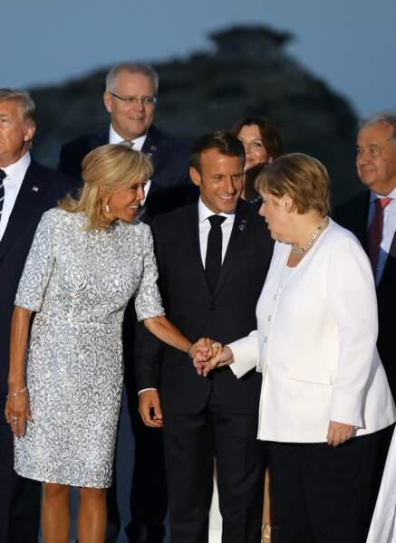 Une robe de cocktail courte et à brocard toujours prêtée par Louis Vuitton pour Brigitte Macron