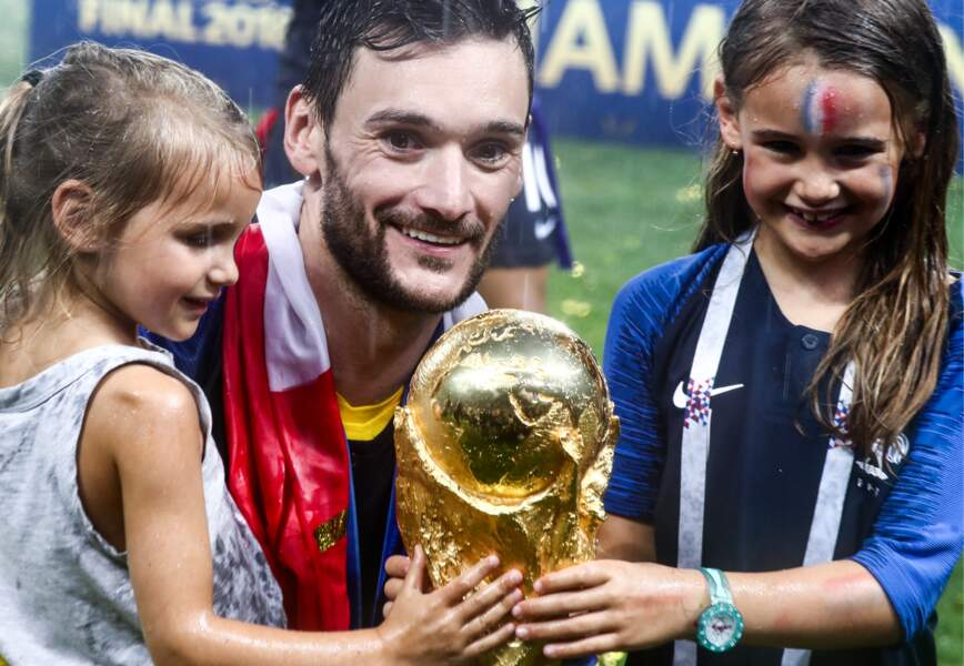 Hugo Lloris et ses filles, Anne-Rose et Giuliana, prennent la Coupe du monde dans leurs mains après la victoire