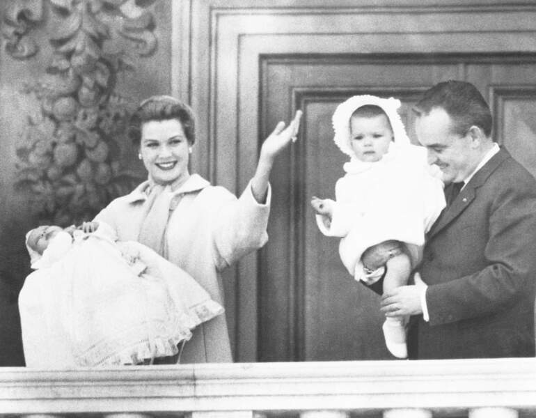 La princesse Grace, le prince Albert, Caroline et Rainier de Monaco en 1958 au balcon du palais princier