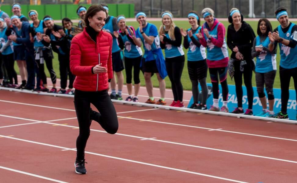 """Kate Middleton, en doudoune fine et survêtement moulant lors du """"Money London Marathon Training Day"""" 2017"""