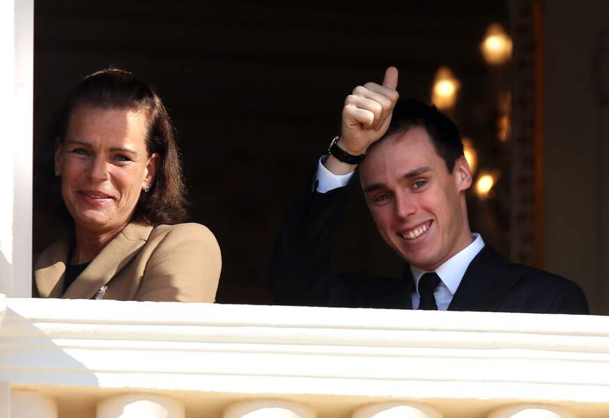 Louis Ducruet et la princesse Stéphanie saluent la foule lors de la fête nationale monégasque le 19 novembre 2016