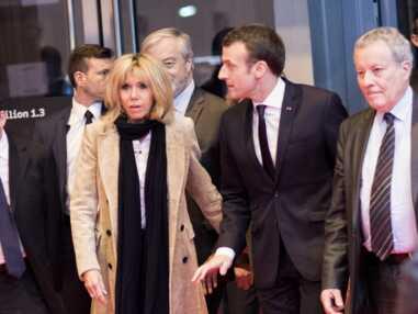 Brigitte Macron en long manteau nude au Salon du Livre