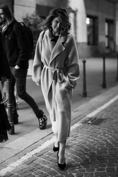Laetitia Casta sublime en long manteau camel à Milan pour la promotion de 'L'Homme fidèle' le 6 avril 2019.