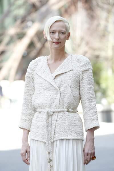 La légendaire Tilda Swinton, toute de blanc vêtue de la tête aux pieds
