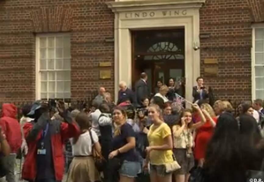 La foule a repris possession de la rue devant la maternité