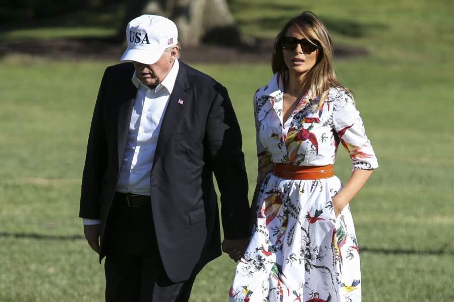 L'épouse de Donald Trump a misé sur un look estival avec cette robe blanche imprimée de perroquets et de fleurs