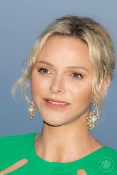 Charlene de Monaco stylée avec un maquillage doux, et un joli chignon flou