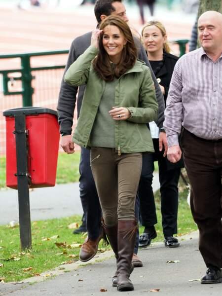 Kate Middleton naturelle en parka, pantalon Zara et bottes recyclées