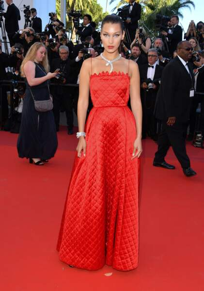 Bella Hadid en total look Dior, bijoux Bulgari