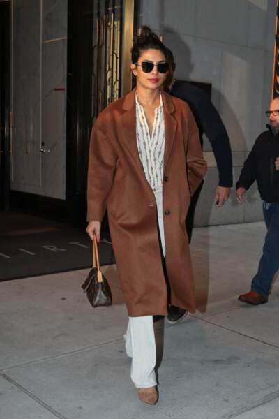 Priyanka Chopra, la meillleure amie de Meghan Markle, opte pour un total look blanc et sac Louis Vuitton.