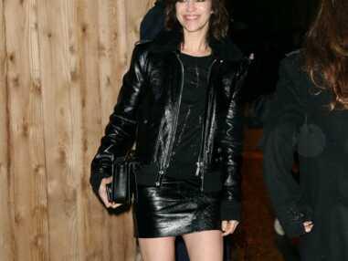 Look - Charlotte Gainsbourg, chic et rock tout en cuir au défilé Yves Saint-Laurent