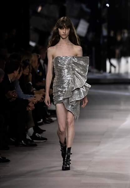 Les paillettes se portent toute l'année comme chez Celine by Hedi Slimane.