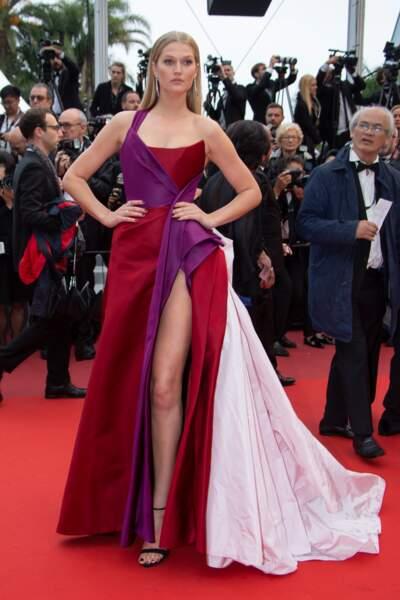 Toni Garrn portait une robe asymétrique rouge et violette de la marque Ralph & Russo