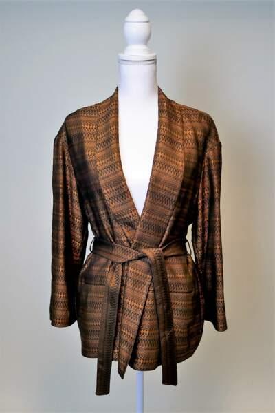 Un kimono aux fils métallisés est aussi disponible dans le dressing aux enchères de Jenifer.