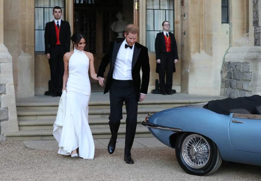 Le prince Harry et Meghan Markle quittent le château de Windsor à bord d'une Jaguar cabriolet le 19 mai 2018