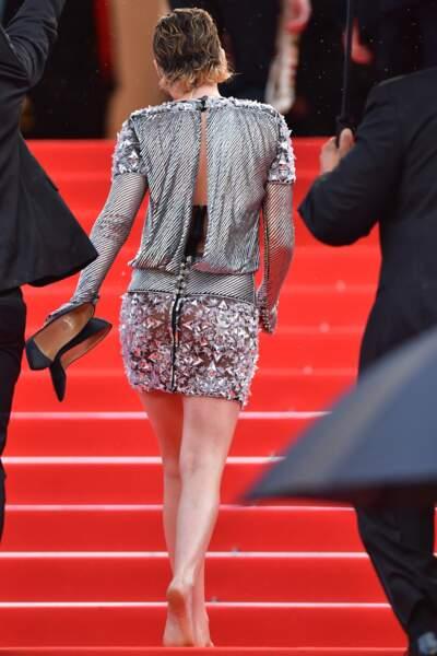 Kristen Stewart, chaussures à la main
