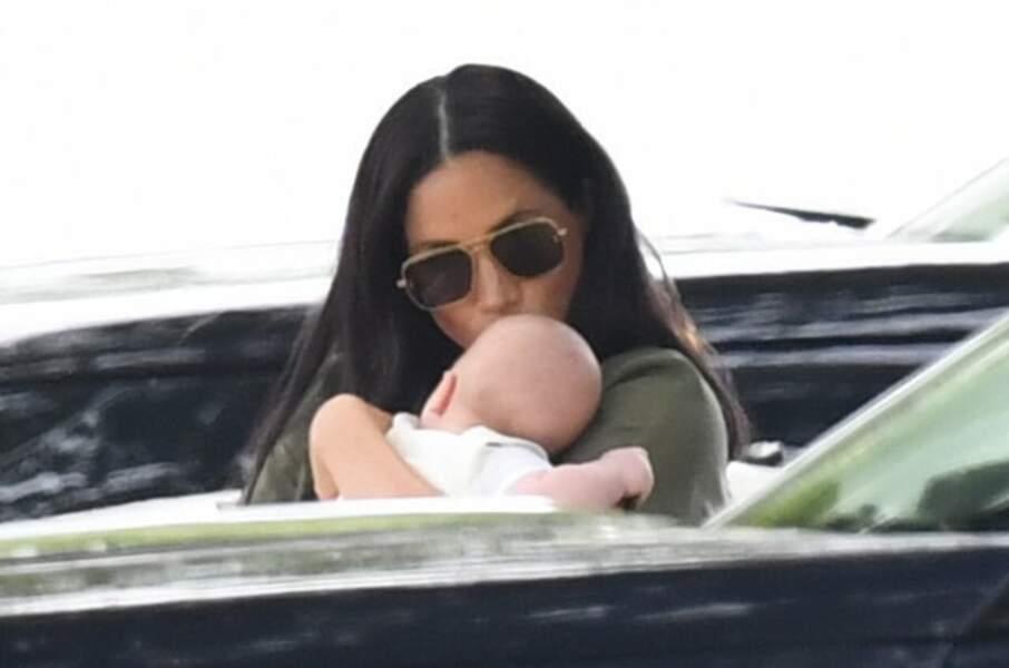 Meghan Markle embrasse son nouveau-né Archie tendrement sur le front