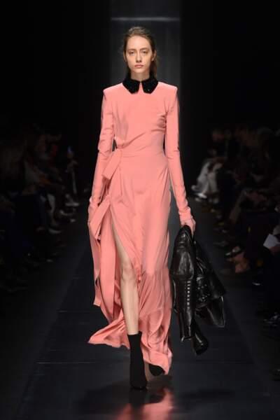 Plus élégante, la robe en satin se porte en toute occasion chez Ermanno Scervino.
