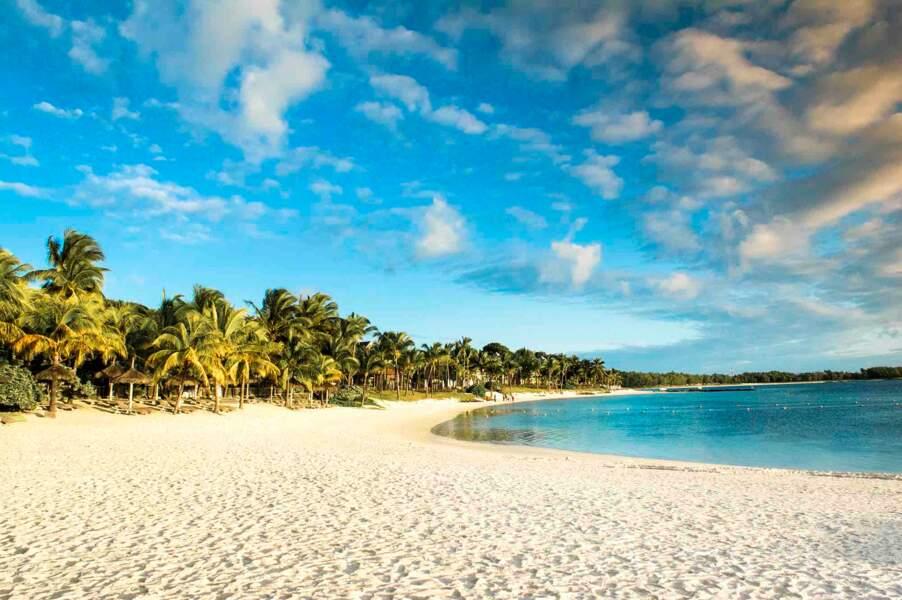 Perché sur la magnifique côte orientale, le LUX* Belle Mare à l'île Maurice étale sa plage de rêve.