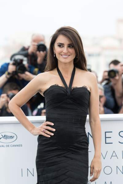 Penelope Cruz dans une robe noire du meilleur effet lors de son passage au festival de Cannes 2018.