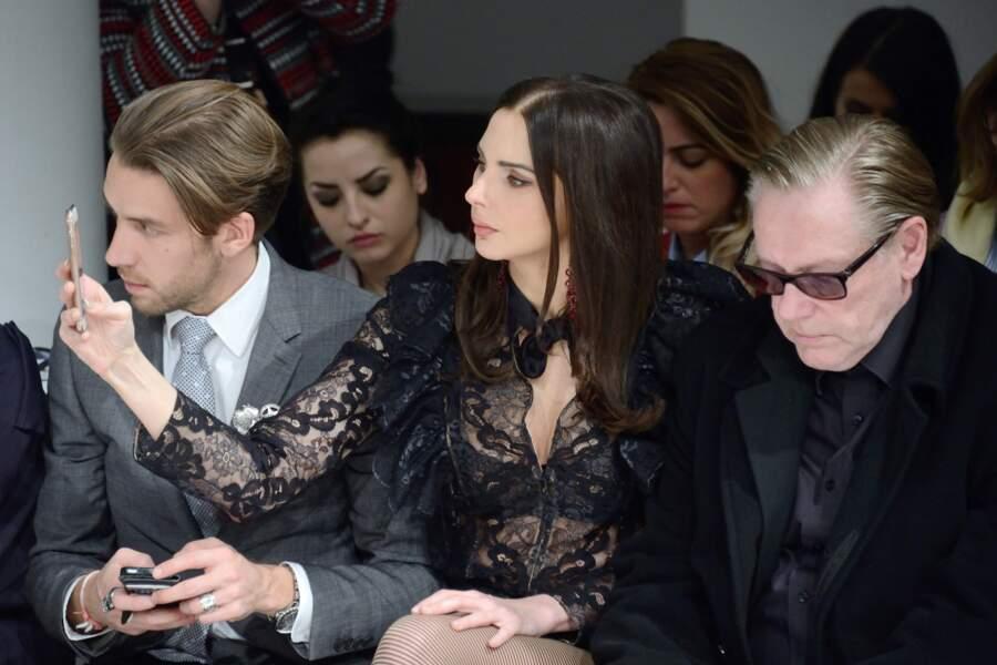 Assise entre un jeune dandy et le créateur Hervé Leroux, l'actrice a capturé les silhouettes cuissardées du show.