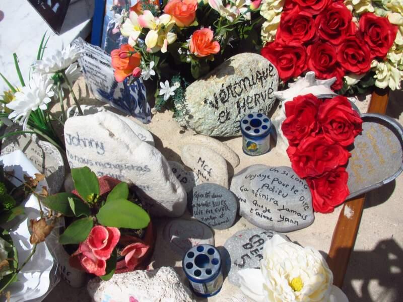 Les fans sur la tombe de Johnny à Lorient, à Saint-Barth