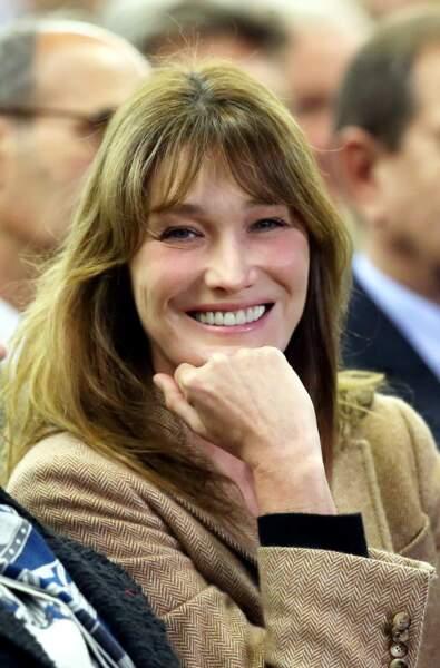 Présente aux meetings et réunions de son mari, elle affiche un look naturel.
