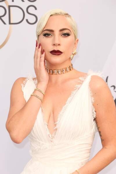 Lady Gaga sculpturale en robe blanche Dior et bijoux TIFFANY & CO. lors des SAG Awards 2019.