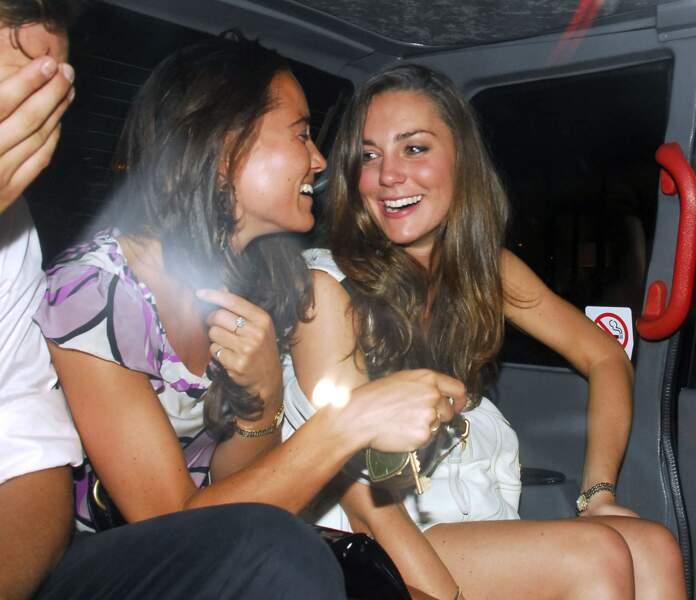 Kate Middleton lors d'une soirée à Londres avec sa soeur Pippa, en 2007