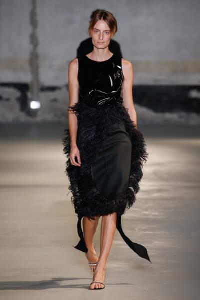 Tendance noir débridé : chez N°21, la plume twiste les looks noirs avec sensualité.