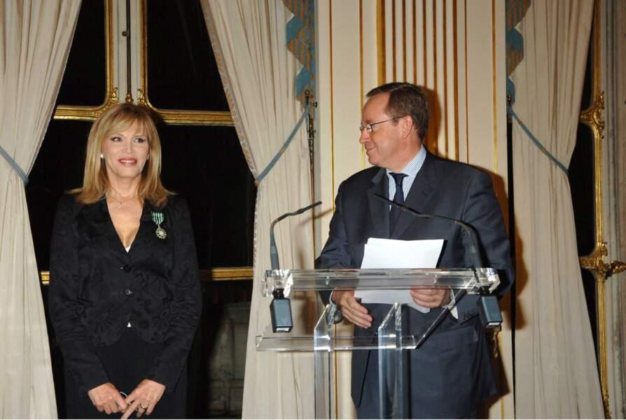 Décorée des insignes de Chevalier dans l'Ordre des Arts et des Lettres, en 2007.