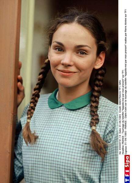 """Claire Keim, cheveux tressés et look sage, sur le tournage du téléfilm """"Appelle-moi par mon prénom"""" (TF1) en 1995"""